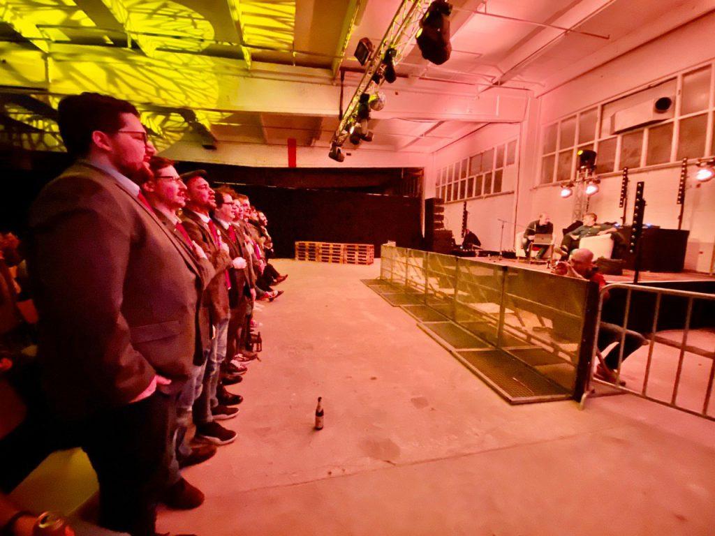 Die PARTEI Augsburg singt vor dem größten Vorsitzenden aller Zeiten Martin Sonneborn